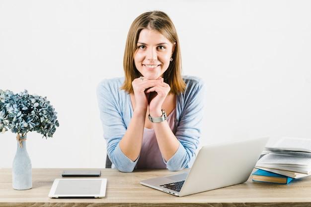 Sonriente mujer en la oficina