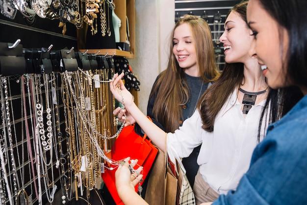 Sonriente mujer posando en bijouterie tienda
