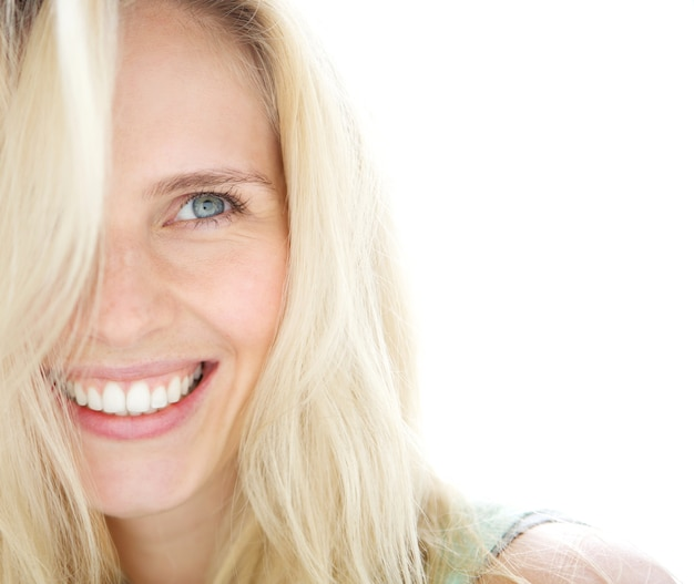 Sonriente mujer rubia