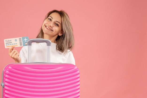 Sonriente, niña joven, con, rosa, maleta, tenencia, ticket