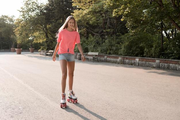 Sonriente, niña, llevando, patines