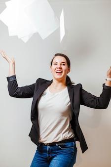 Sonriente, oficina, trabajador, vomitar, papeles