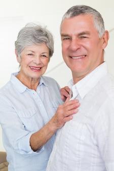 Sonriente pareja de jubilados mirando a cámara