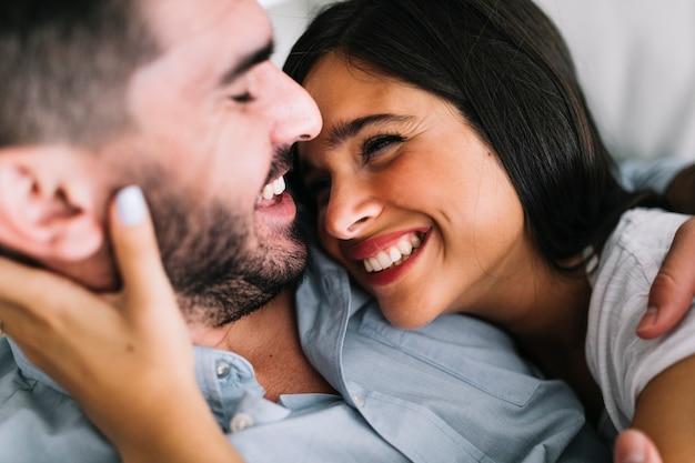 Sonriente pareja joven amorosa mirándose