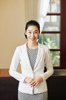 Sonriente recepcionista del hotel