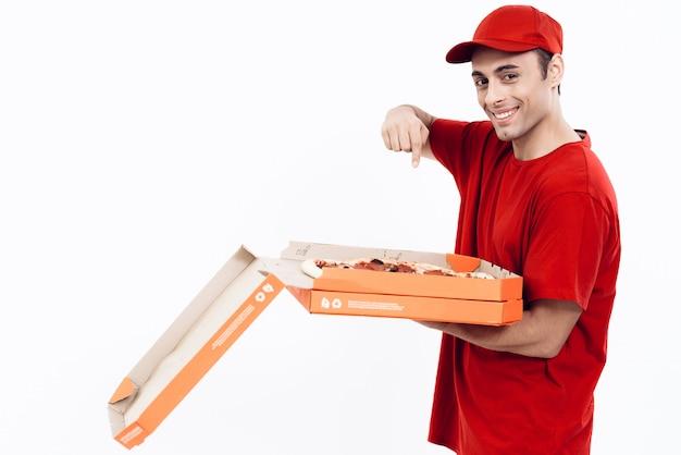 Sonriente repartidor árabe con apertura caja de pizza.