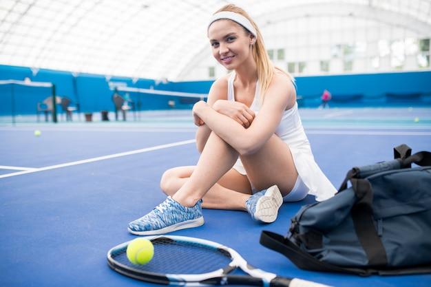 Sonriente tenista en la corte