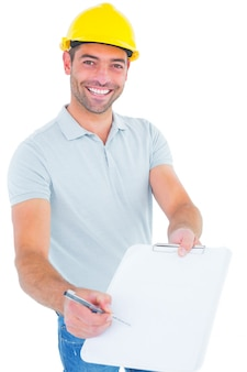 Sonriente trabajador manual dando portapapeles para la firma