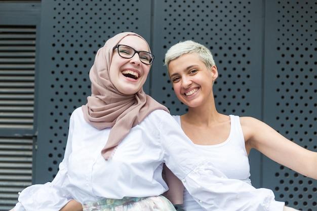 Sonrientes amigos divirtiéndose juntos