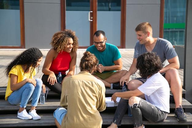 Sonrientes amigos pasar tiempo al aire libre