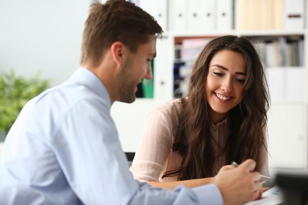 Sonrientes compañeros de trabajo en la sala de reuniones