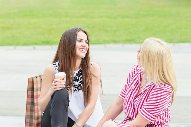 Sonrientes jóvenes amigas disfrutando en el parque