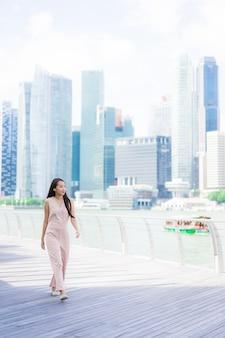 Sonrisa asiática hermosa de la mujer y feliz