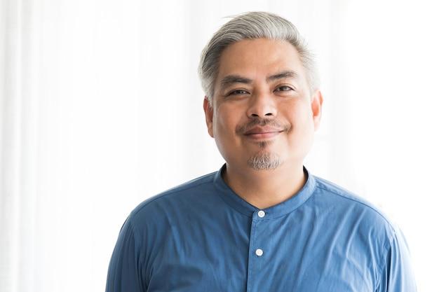 Sonrisa asiática del hombre de negocios