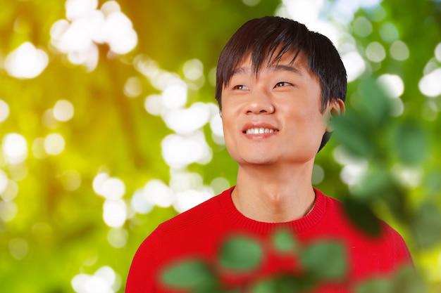 Sonrisa asiática joven hermosa del hombre