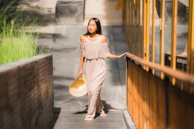 Sonrisa asiática joven hermosa de la mujer del retrato feliz