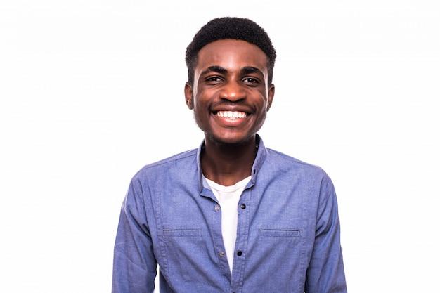 Sonrisa joven hombre africano aislado en la pared blanca