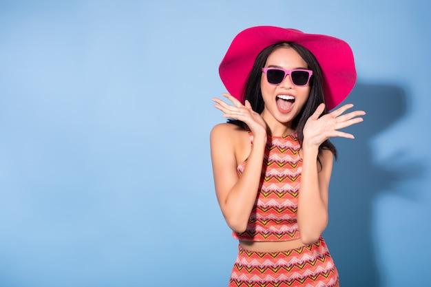 Sonrisa de mujer asiática concepto de verano.