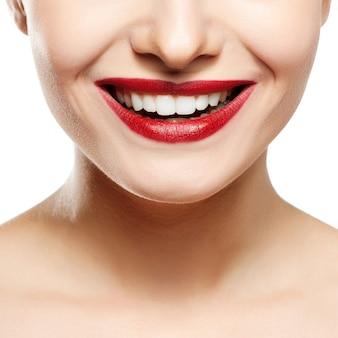 Sonrisa de mujer blanqueamiento dental. cuidado dental.