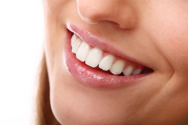 Sonrisa perfecta con dientes blancos, primer plano