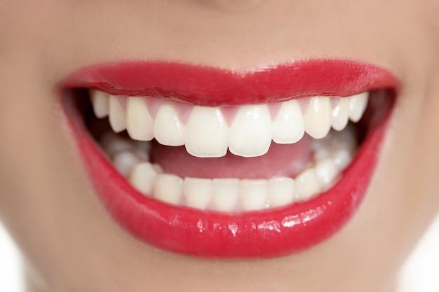 Sonrisa perfecta de los dientes de la mujer hermosa