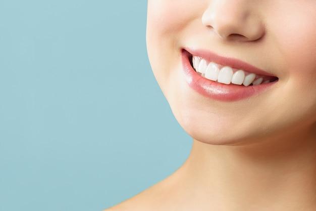 Sonrisa perfecta de dientes sanos de una mujer joven. blanqueamiento dental. concepto de estomatología.
