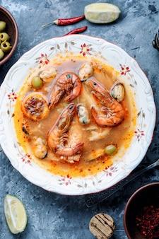 Sopa agria con camarones