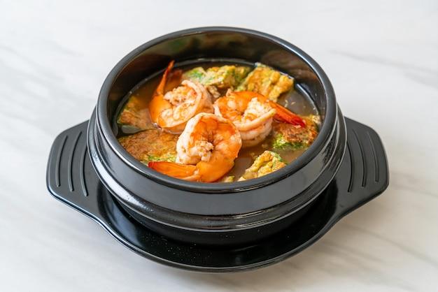 Sopa agria hecha de pasta de tamarindo con camarones y tortilla de verduras - estilo de comida asiática