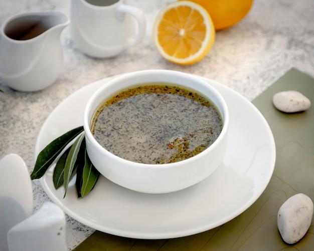 Sopa de albóndigas azerbaiyana tradicional dushbara adornada con hojas secas de menta
