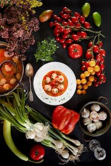 Sopa de albóndigas y ingredientes
