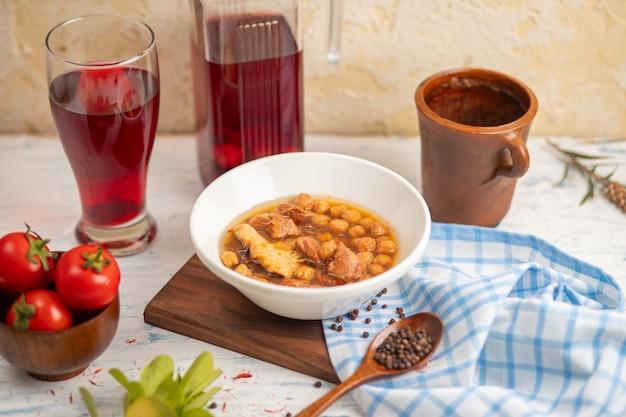 Sopa de albóndigas kufte bozbash con frijoles amarillos con composto