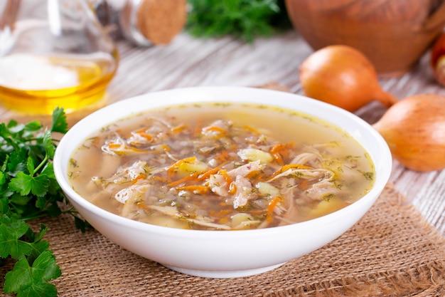 Sopa de alforfón, verduras y pollo. enfoque selectivo.