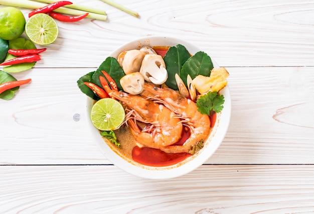 Sopa amarga picante de tom yum goong