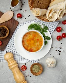 Sopa de arroz con verduras en la mesa