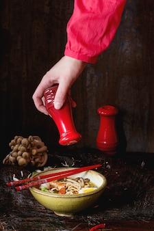 Sopa asiática ramen lista para comer