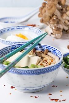 Sopa asiática ramen con queso feta