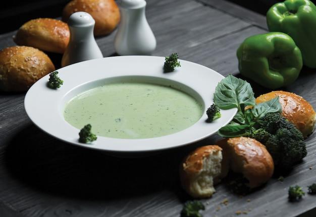 Sopa de brócoli con hojas frescas de albahaca
