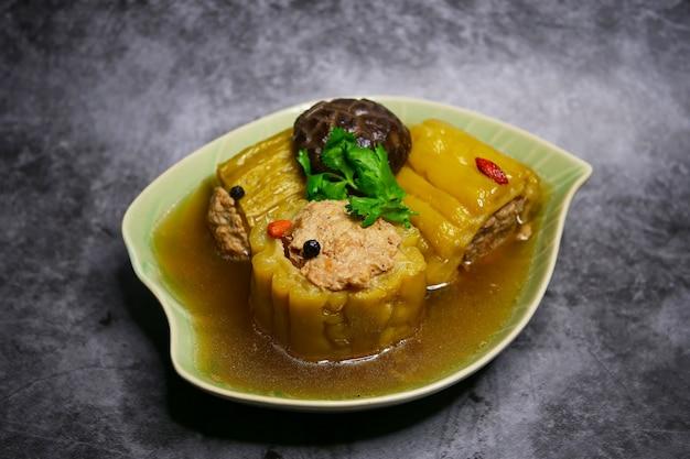 Sopa de calabaza amarga con carne picada de cerdo y champiñones shiitake