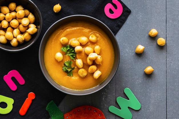 Sopa de calabaza, bocadillos de guisantes, comida sana para niños