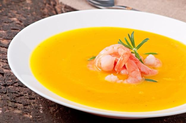 Sopa de calabaza con camarones y romero
