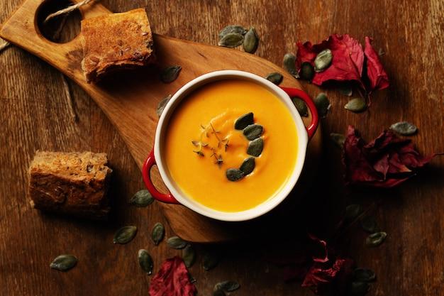 Sopa de calabaza, camote, zanahoria con semillas de calabaza y hojas de tomillo