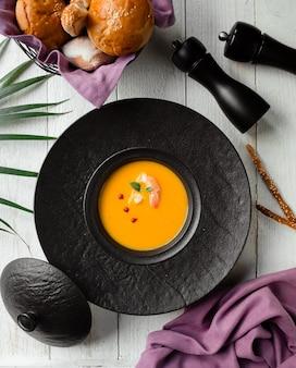 Sopa de calabaza con gambas y pimiento