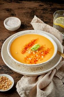 Sopa de calabaza con pimentón ahumado y piñones
