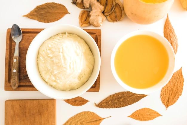 Sopa de calabaza con puré de patata en cuencos