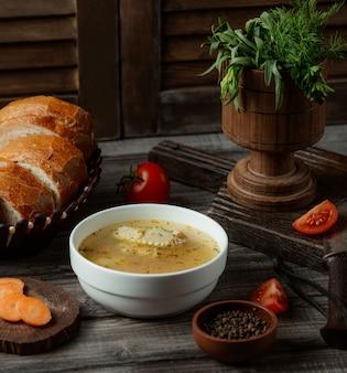 Sopa de caldo de pollo con hierbas y especias.