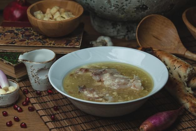 Sopa de caldo de pollo con hierbas y semillas de granada