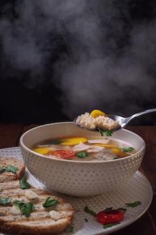 Sopa caliente khash con vapor, cocina caucásica