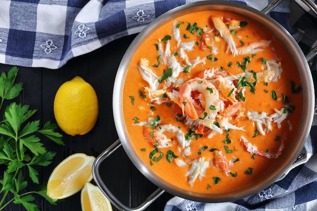 Sopa caliente o sopa espesa de carne de cangrejo de las nieves rallada