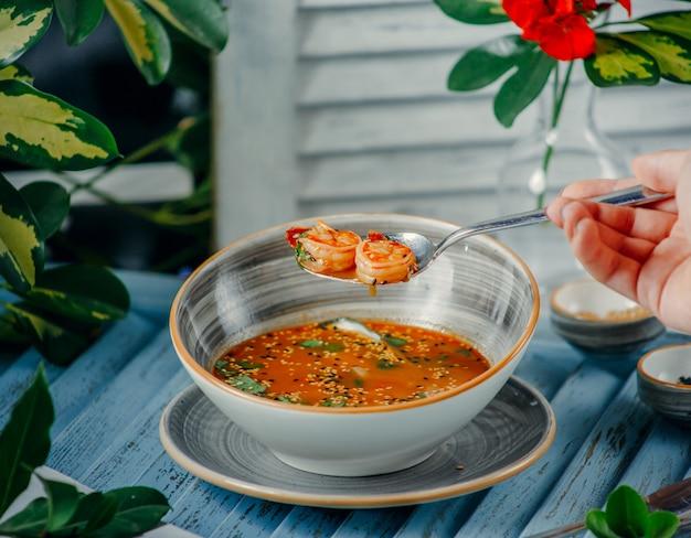 Sopa de camarones en la mesa