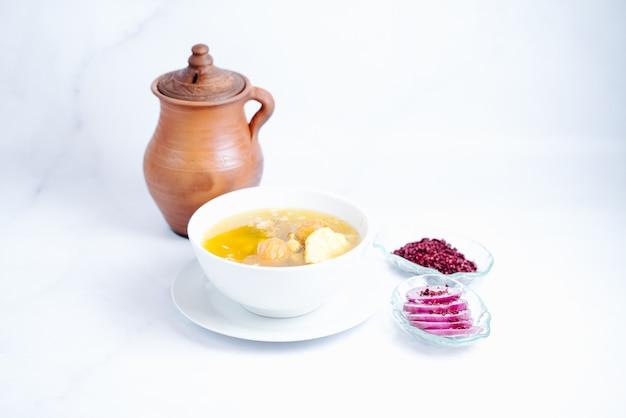 Una sopa con cebollas en rodajas